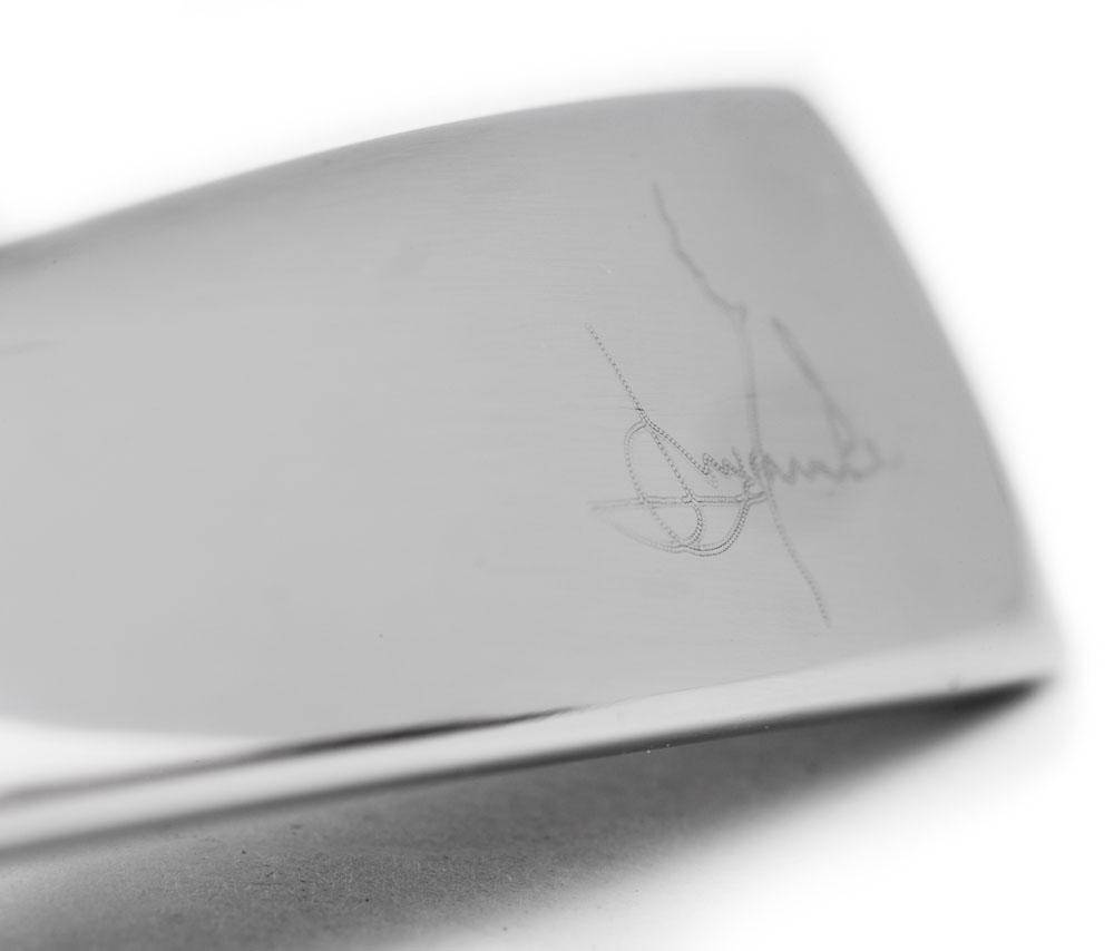 Signatur graverad på handtagen